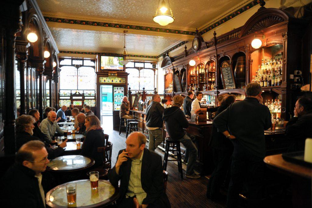 pub en edimburgo interior