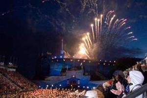 Fuochi artificiali al Castello di Edimburgo al Military Tattoo Festival