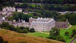 Il Palazzo di Holyrood e i suoi giardini.