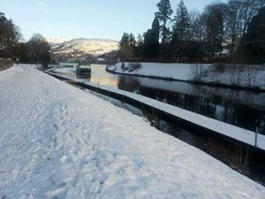 Rive di Loch Ness innevate a Fort Augustus