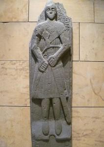 Tomba del XVI secolo con la spada di Claymore