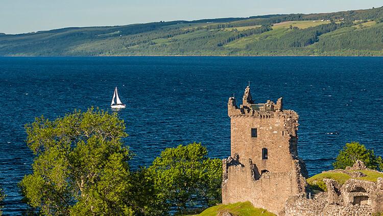 Veduta di Loch Ness dal castello di Urquhart